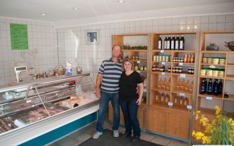 Peter und Silvia Berger im Hofladen von Fischzucht Berger in Kissing