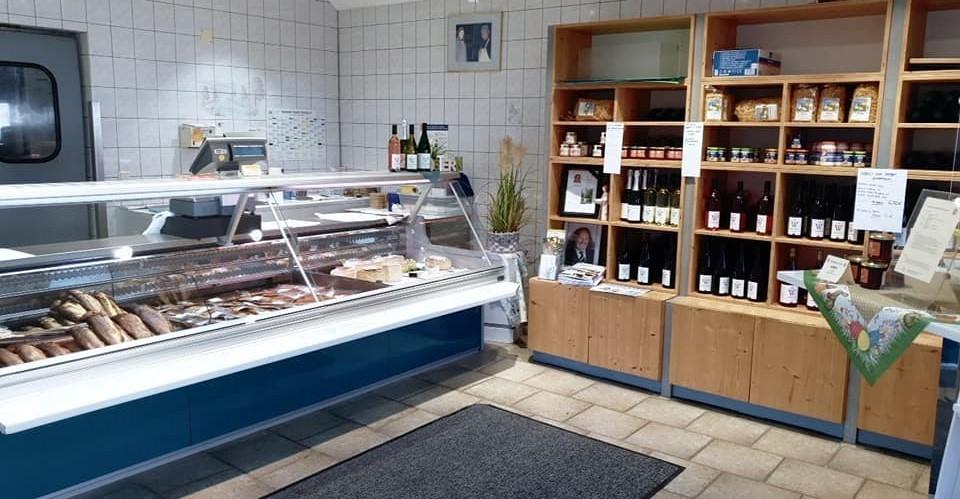 Die Verkaufstheke im Hofladen von Fischzucht Berger