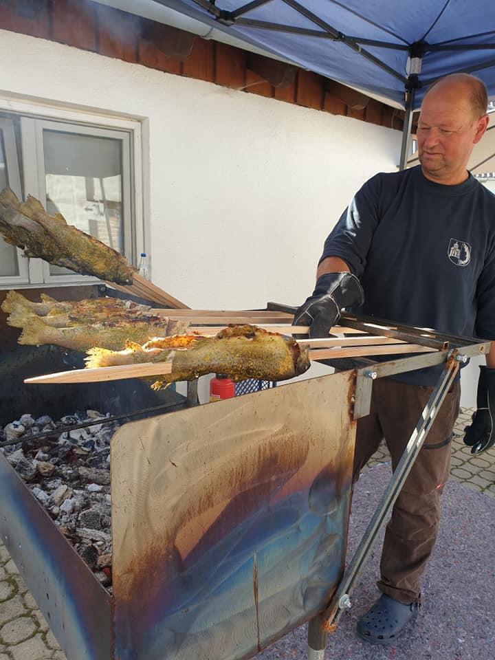 Peter Berger von Luggis Paartalforellen beim Steckerfisch-Grillen