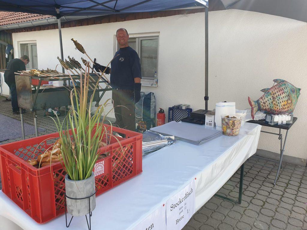 Peter Berger beim Steckerlfisch-Räuchern